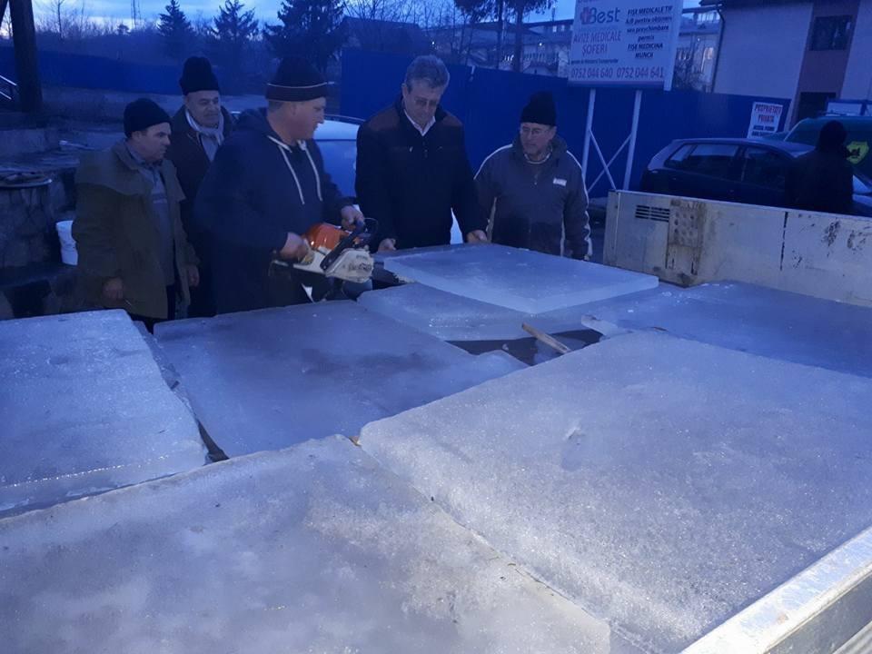 Gheaţă de la Lacul Roşu, adusă de pompierii voluntari pentru crucea de Bobotează din Suceava