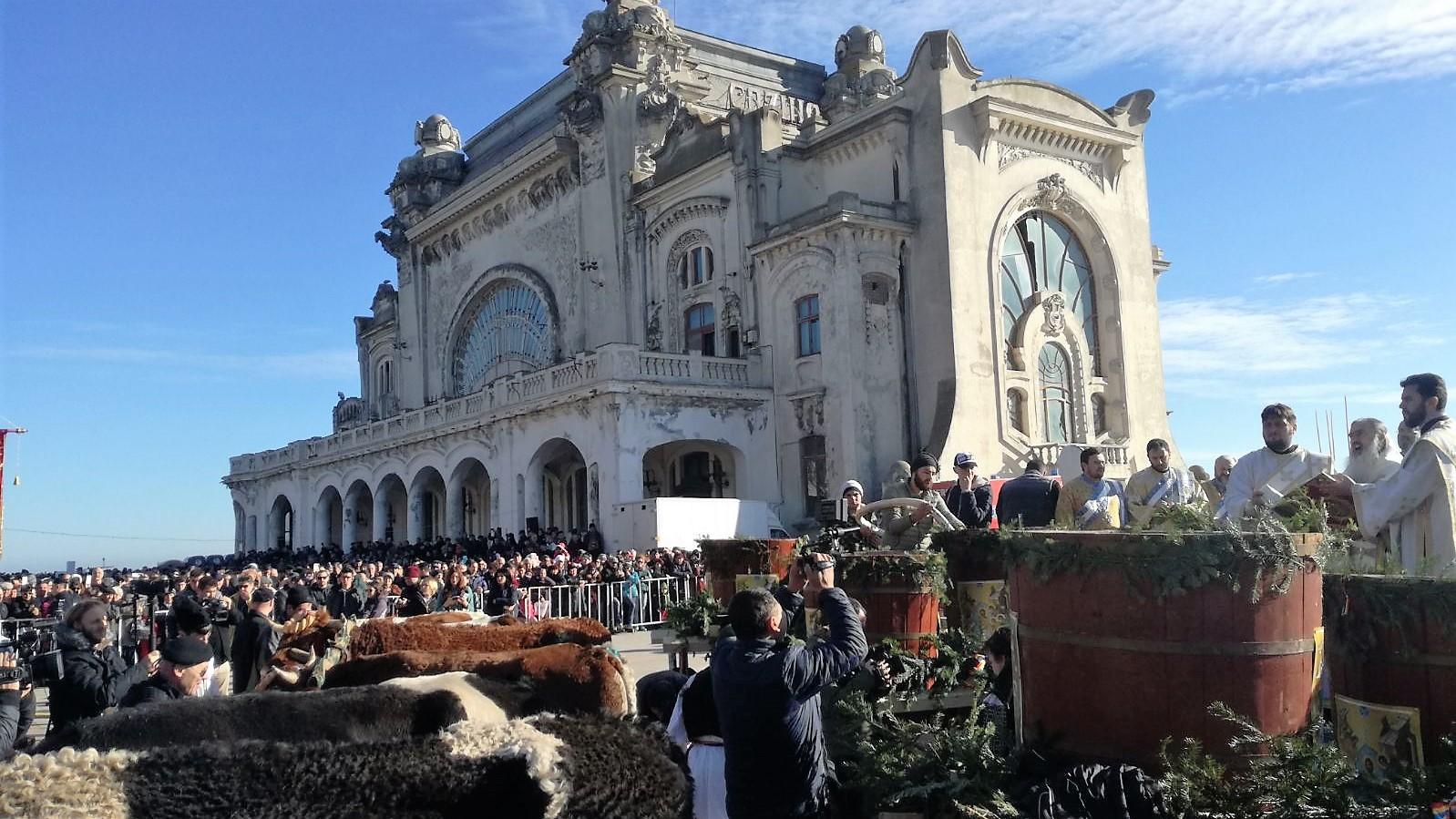 Zece mii de credincioşi, la slujba de Bobotează, pe faleza Cazinoului din Constanţa / Zeci de tineri au sărit în mare pentru a recupera cele trei cruci   FOTO