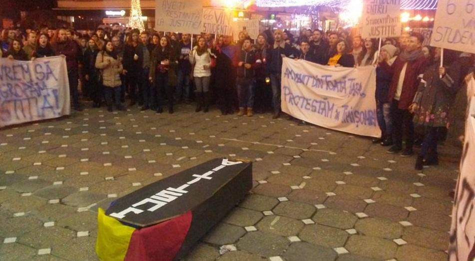 Peste 200 de studenţi din întreaga ţară au protestat la Timişoara faţă de Legile Justiţiei. Tinerii au purtat pe străzi un sicriu pe capacul căruia scria `Justiţia` | FOTO