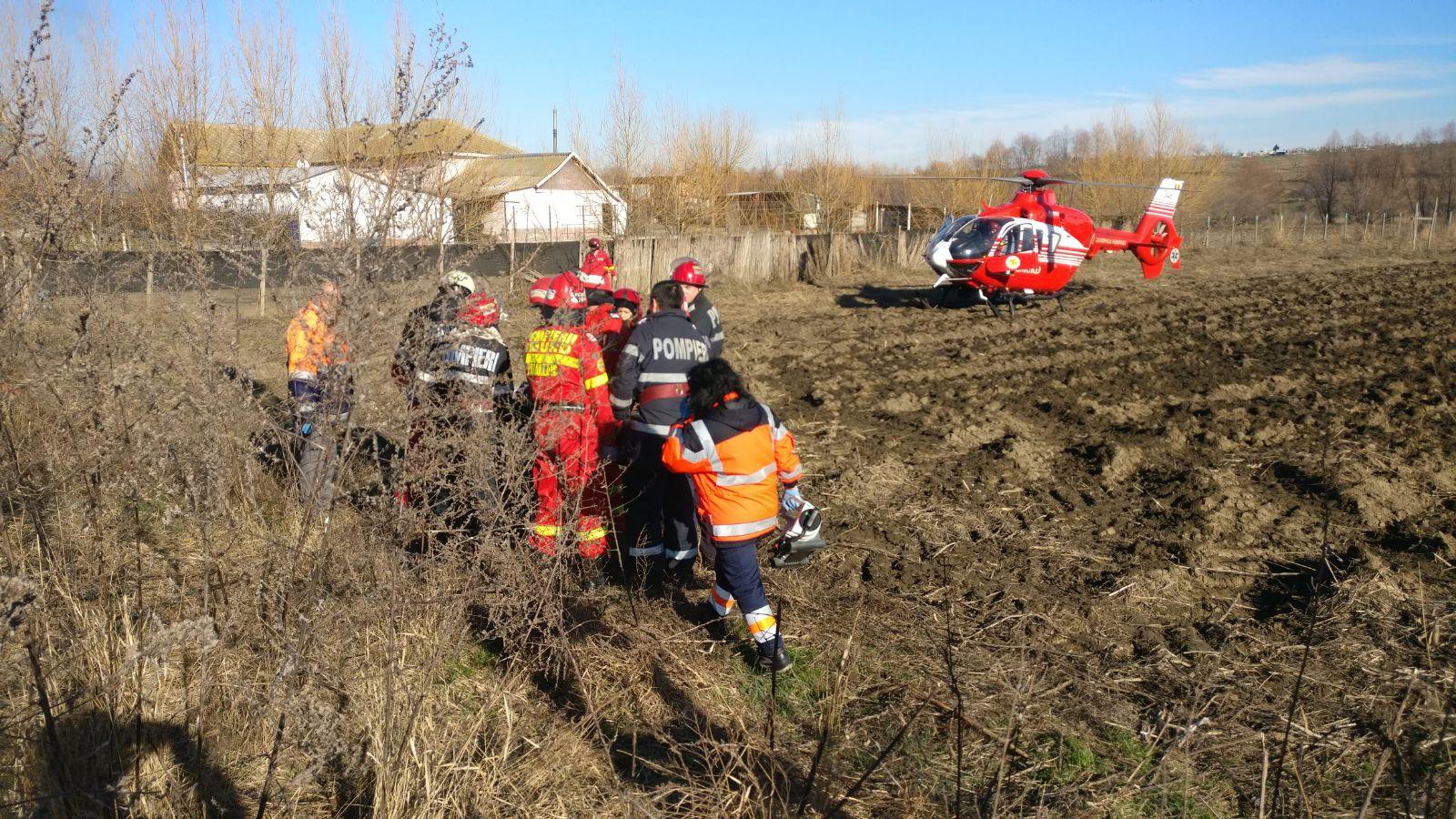 Doi tineri, răniţi grav după ce maşina în care se aflau a căzut de pe un pod, în judeţul Tulcea / Elicopterul SMURD, solicitat   GALERIE FOTO