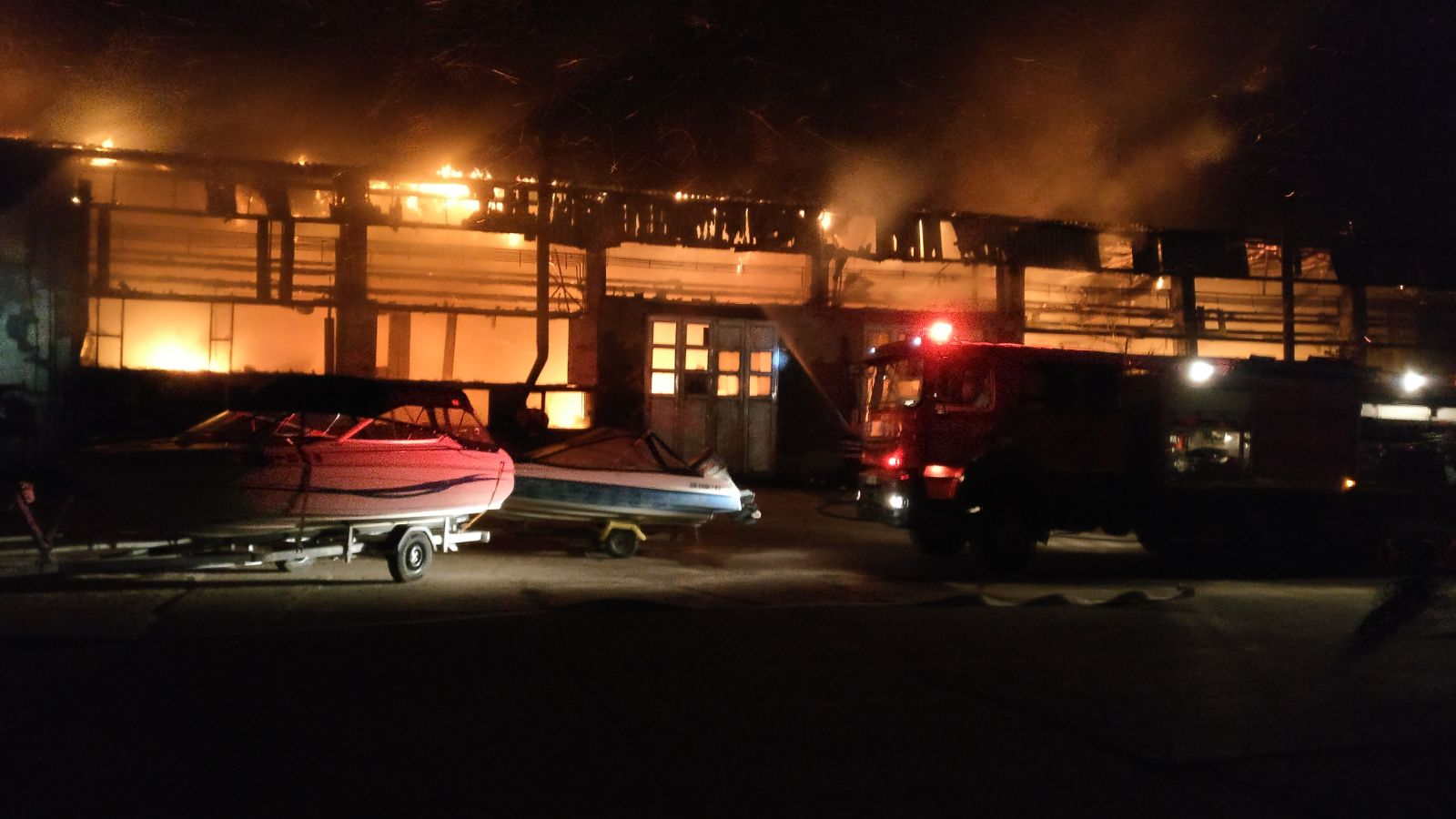 INCENDIU puternic la societatea de transport public din Tulcea. Parcul de autobuze, distrus în proporţie de 50 la sută/ Cauza producerii incendiului - FOTO, VIDEO