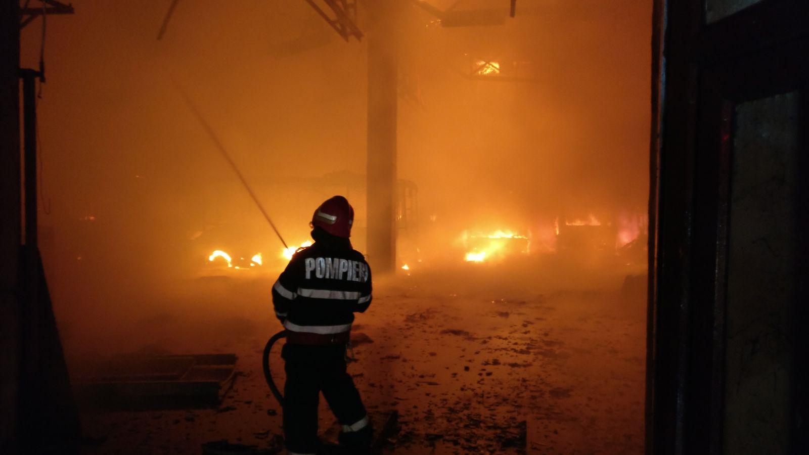 Anchetă după ce 8 case nelocuite au fost incendiate în mai puţin de o lună într-o comună din Prahova