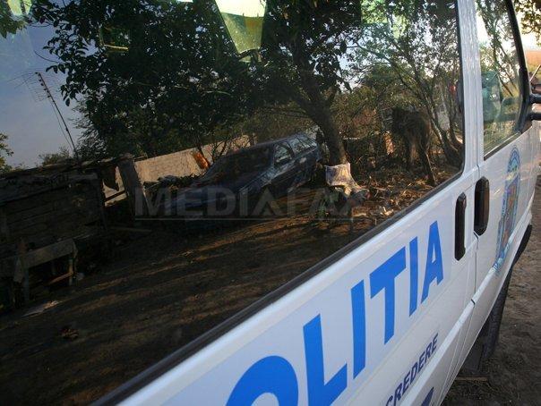 Poliţist din Timiş, lovit cu maşina în timpul unui flagrant la dealeri de droguri/ Trei bărbaţi au fost reţinuţi | FOTO