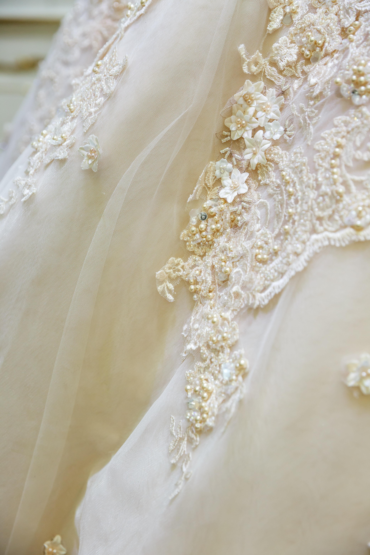 Cum arată rochia de mireasă perfectă? Piesa de vestimentaţie este unicat, are cristale şi broderii manuale şi este expusă în premieră în România - GALERIE FOTO