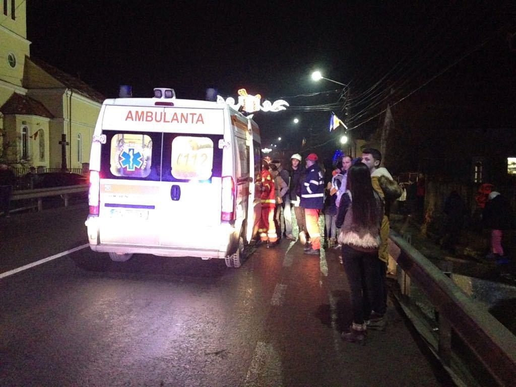 Microbuz, răsturnat în râpă pe drumul dinspre staţiunea Păltiniş: Trei persoane, rănite/ Traficul se desfăşoară cu dificultate | VIDEO