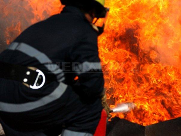 O maşină a ars ca o torţă în curtea unui spital din Focşani