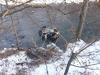 Imaginea articolului Două persoane au murit şi una a fost rănită după ce maşina în care se aflau a plonjat în râul Jiu, de la aproximativ 15 metri înălţime | FOTO