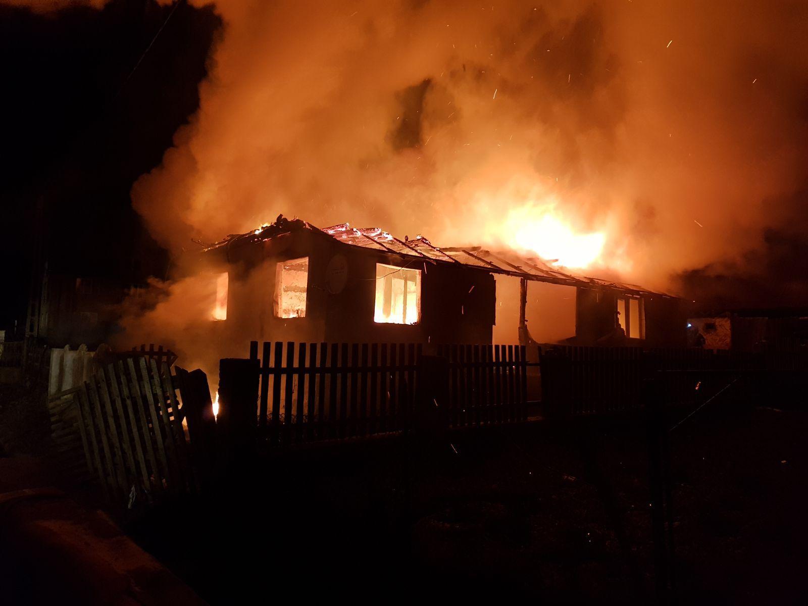 Un bărbat a murit într-un incendiu izbucnit la două locuinţe din Bistriţa-Năsăud | FOTO, VIDEO