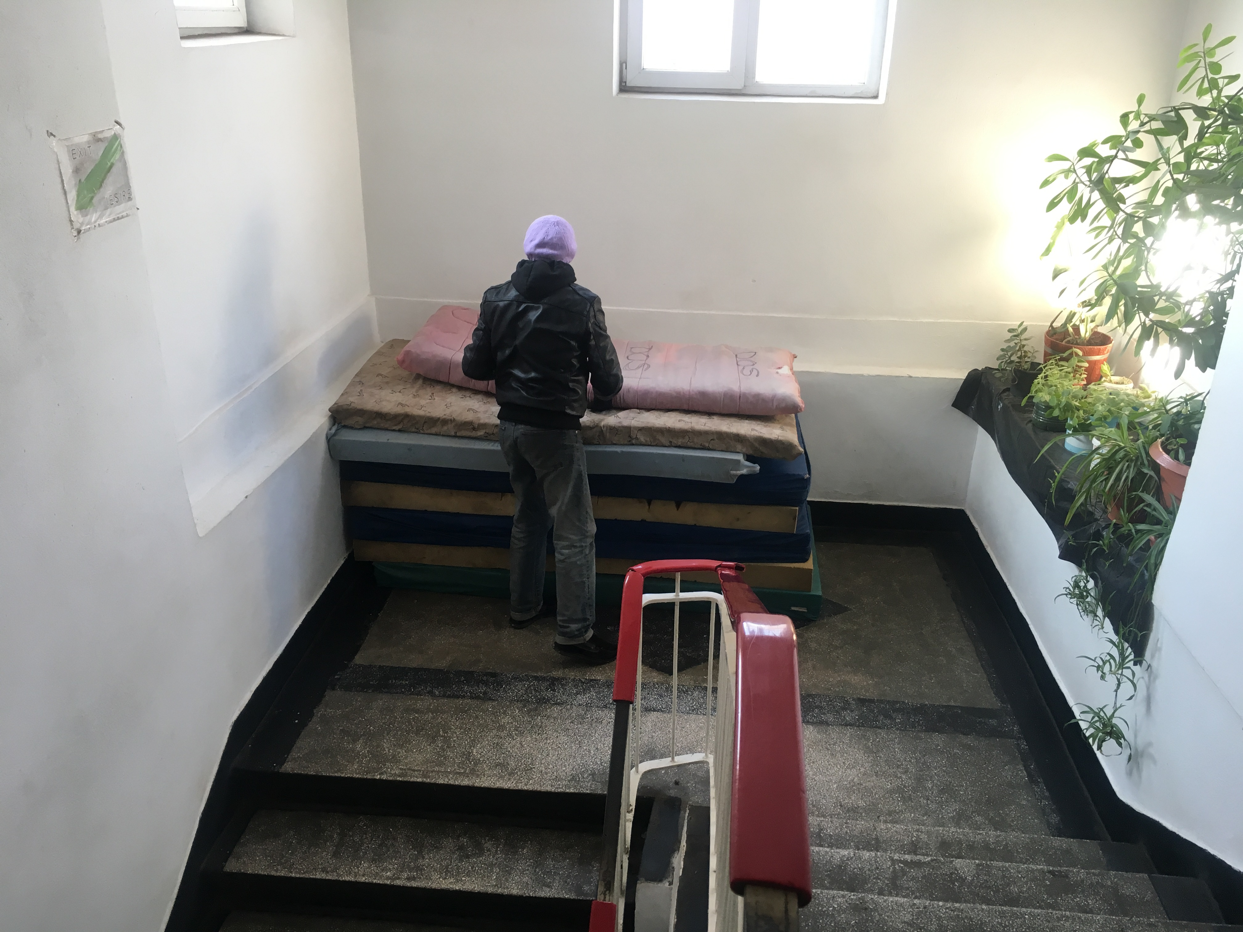 Centrul Social de Urgenţă Ploieşti a devenit neîncăpător, oamenii dorm pe saltele | GALERIE FOTO