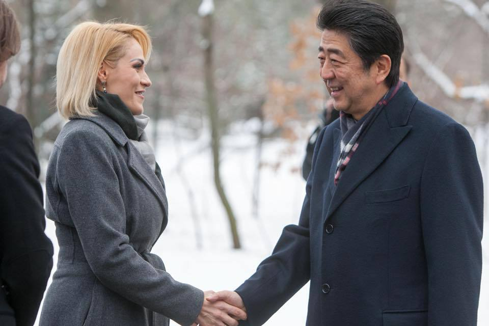 Premierul Japoniei a vizitat Grădina Japoneză din Bucureşti, unde a fost însoţit de Gabriela Firea - GALERIE FOTO