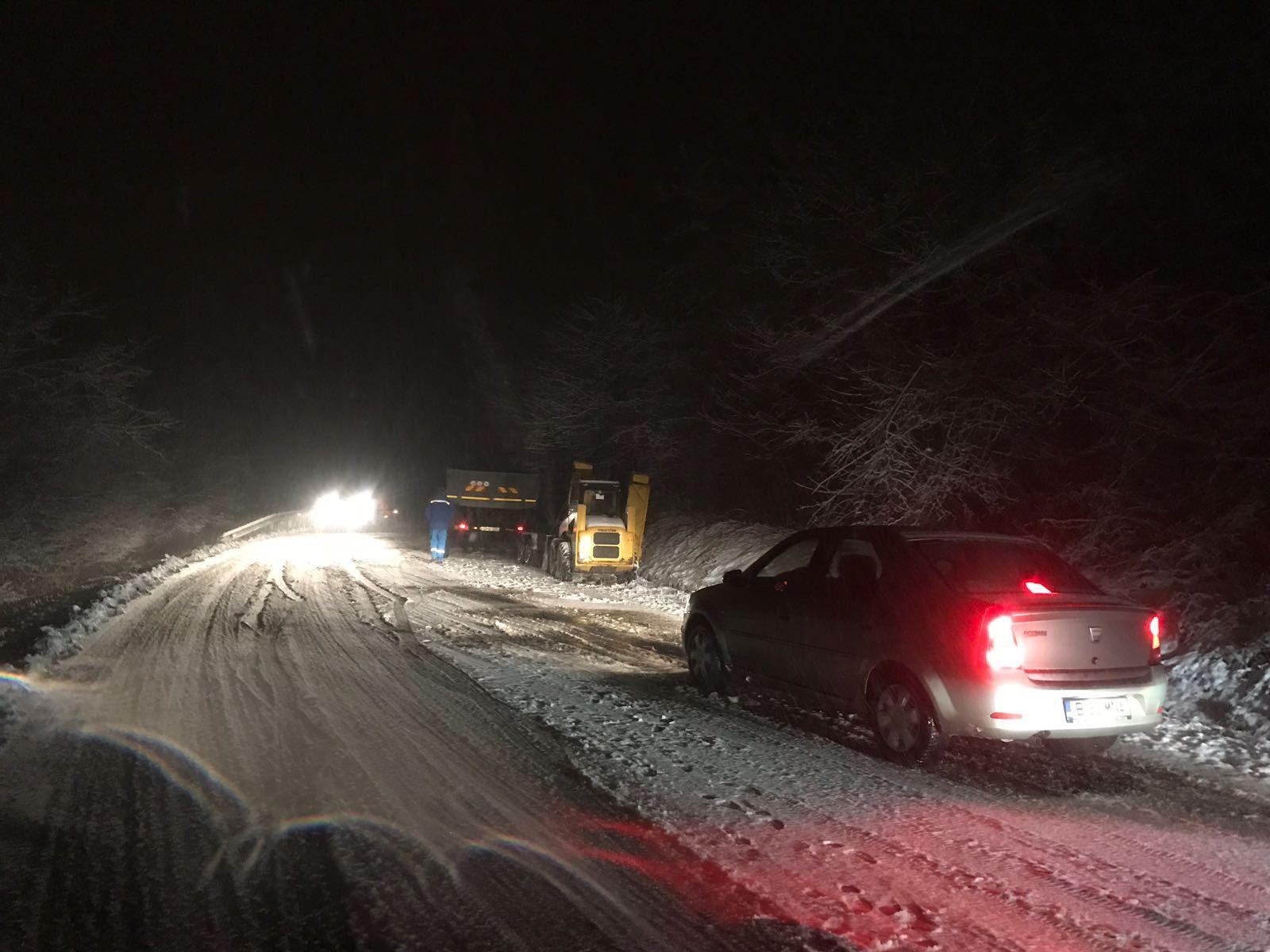 Ninsoarea le face probleme şoferilor | TIR-uri blocate şi mai multe drumuri închise. Cele mai afectate judeţe, Braşov, Harghita, Sibiu, Gorj şi Caraş-Severin