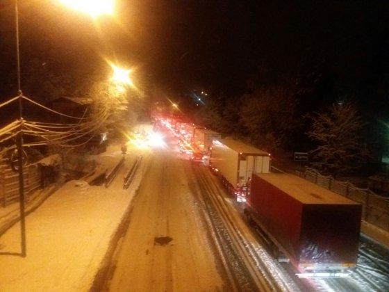 Imaginea articolului Mai multe TIR-uri nu au mai putut înainta, pe DN 1 şi DN 1A, în Prahova, din cauza zăpezii