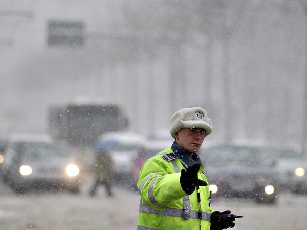 Imaginea articolului Un autobuz cu 18 pasageri şi mai multe maşini s-au răsturnat în Vrancea şi Galaţi, din cauza ninsorii