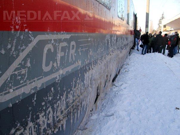 Cincizeci de călători, blocaţi în trenul Constanţa – Tulcea, din cauza viscolului