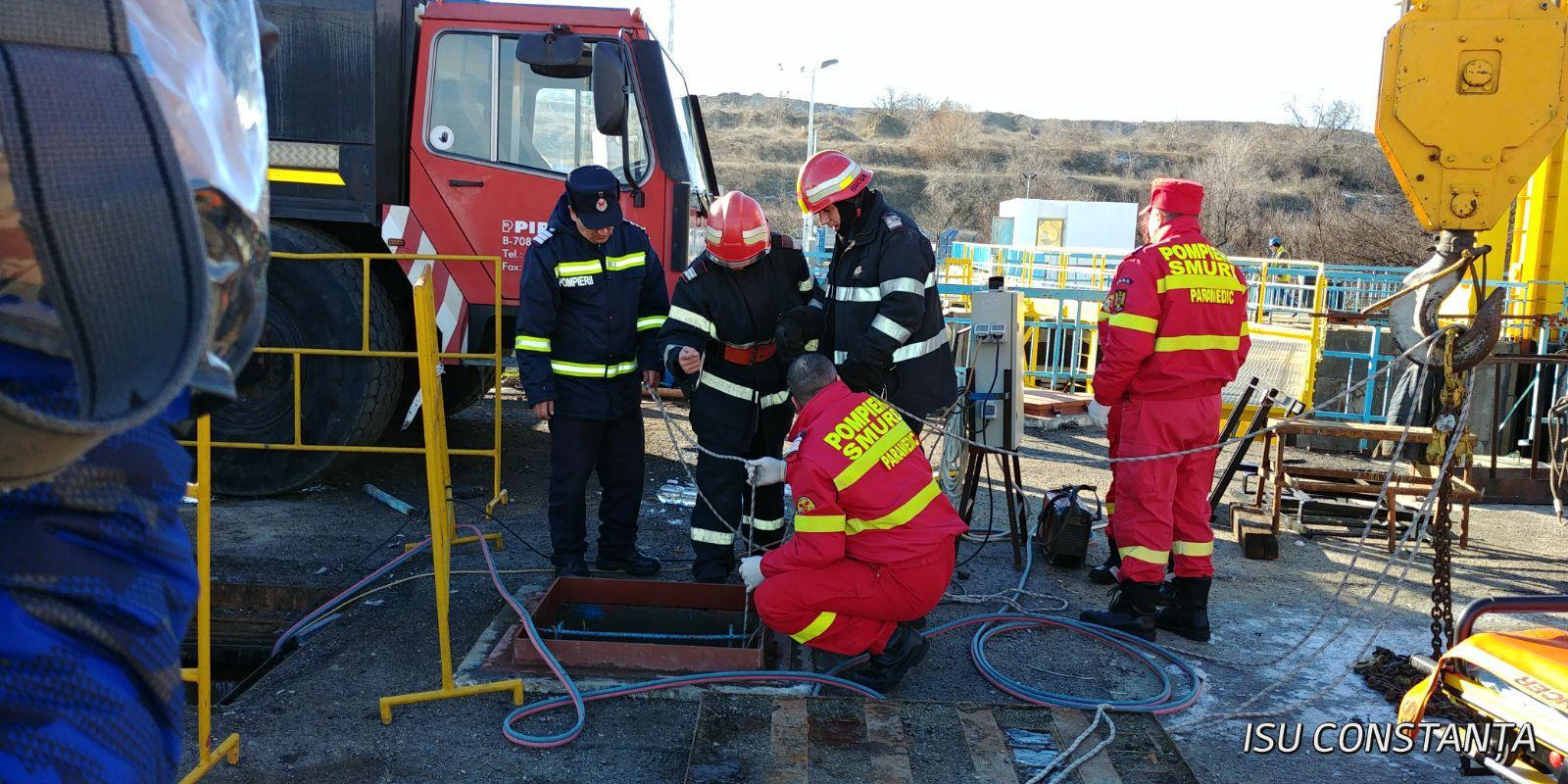 Intervenţie dificilă a pompierilor, după ce un bărbat de 44 de ani a căzut într-o gură de canal