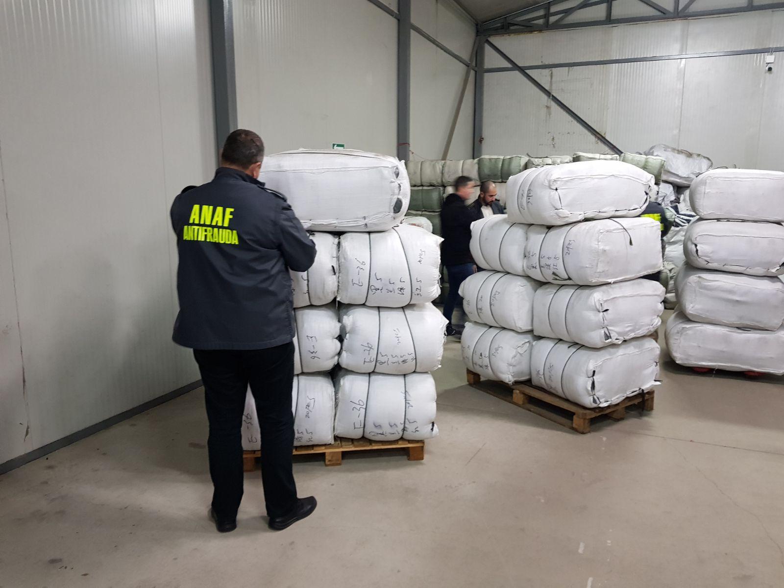 Fabrică de haine contrafăcute, depistată în Sectorul 2. Articolele, comercializate în mai multe centre comerciale din Bucureşti, dar şi online/ Peste 3.000 de articole de îmbrăcăminte contrafăcute, confiscate. Prejudiciul se ridică la 500.000 euro