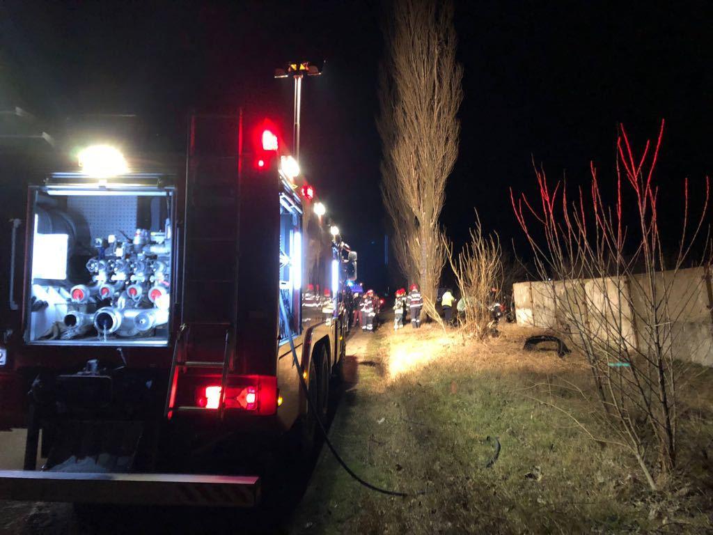 Grav accident în Teleorman: Un tânăr mort şi altul rănit grav, după ce maşina în care erau a intrat într-un copac
