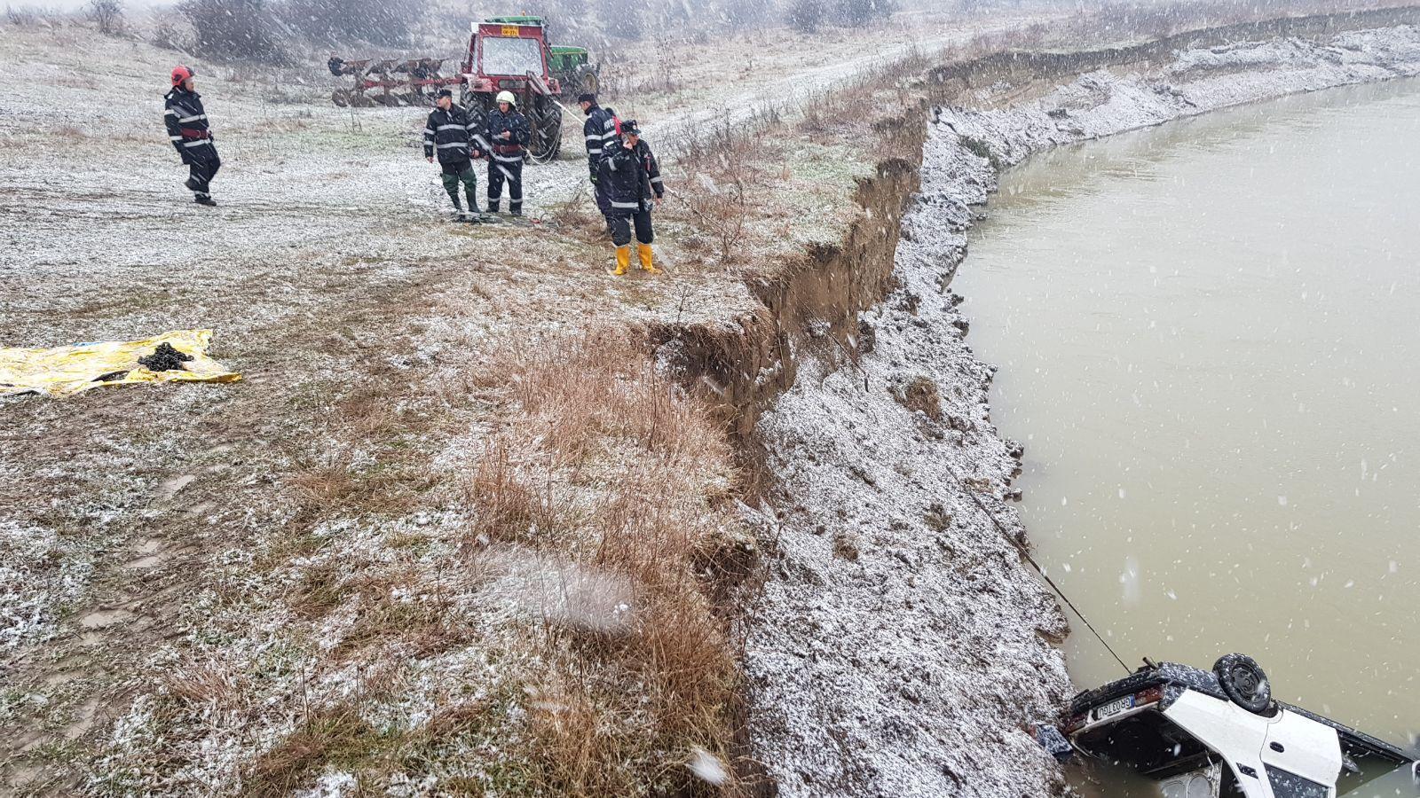 Un bărbat a plonjat cu maşina în râul Argeş. Fiul său, în vârstă de 13 ani, a murit   FOTO