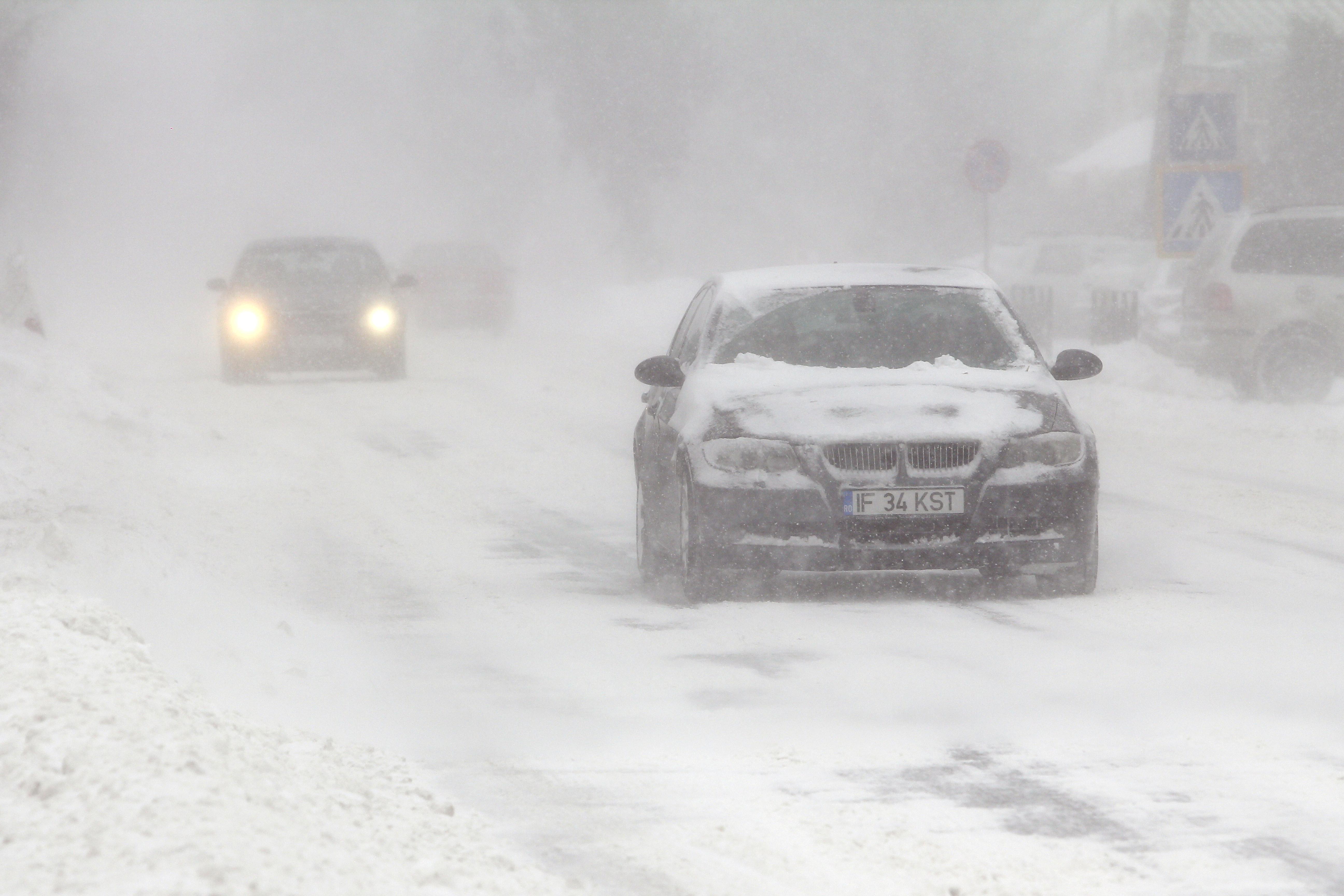 Ninge pe mai multe sectoare de drumuri naţionale şi autostrăzi din 24 de judeţe/ Care este situaţia drumurilor