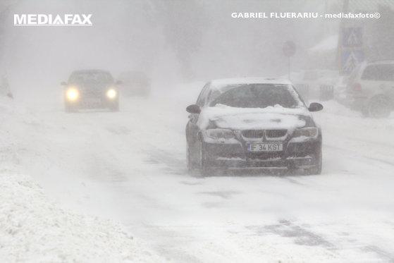 Imaginea articolului Ninge pe mai multe sectoare de drumuri naţionale şi autostrăzi din 24 de judeţe/ Care este situaţia drumurilor
