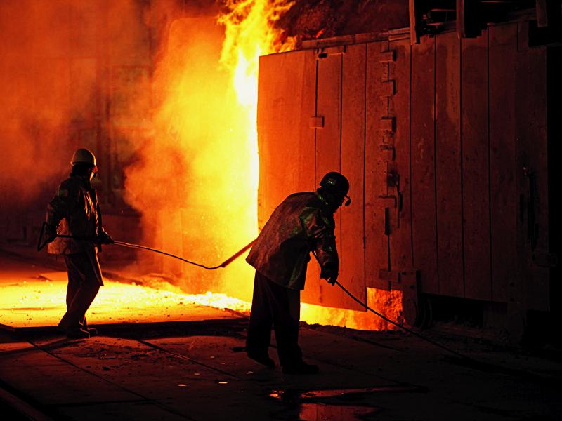 PROTEST spontan la ArcelorMittal Galaţi: Sute de salariaţi s-au strâns în faţa birourilor