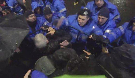 Imaginea articolului A fost deschis dosar penal în cazul JANDARMULUI care ar fi lovit protestatari. Procurorii militari s-au sesizat din oficiu cu privire la săvârşirea infracţiunii de purtare abuzivă