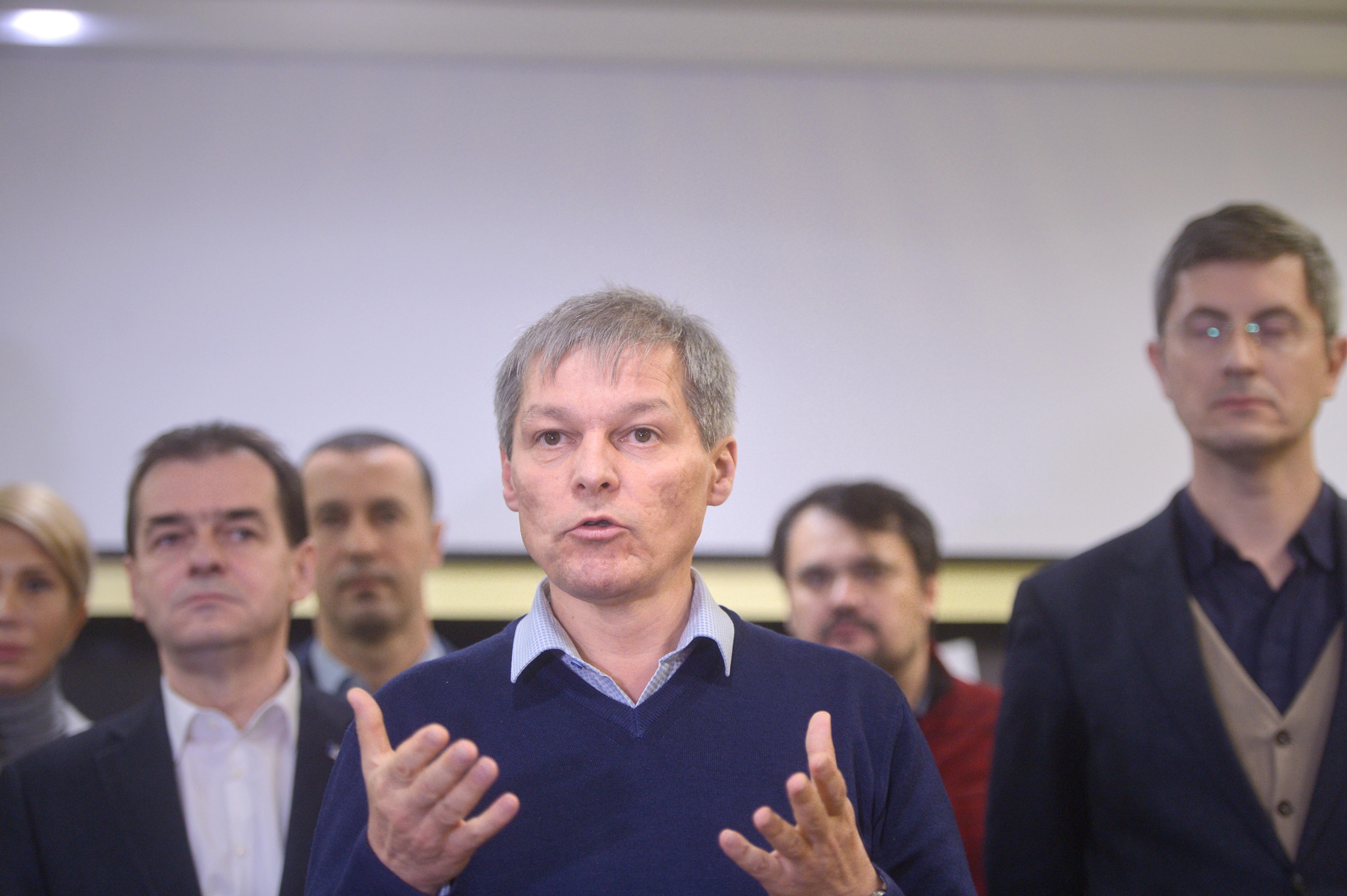Dacian Cioloş le răspunde liderilor coaliţiei PSD-ALDE: Modificările Guvernului tehnocrat nu au provocat ieşirea în stradă a sute de mii de români