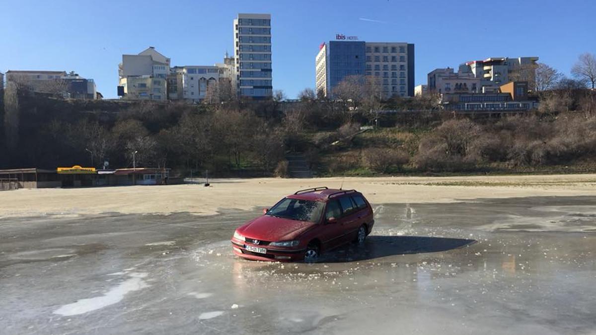 A intrat cu maşina pe plajă şi apoi în mare, iar acum riscă o amendă exorbitantă. Cum a aflat poliţia