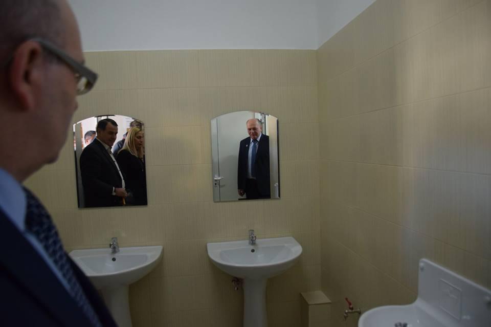 Oraşul în care toaletele dintr-o şcoală au fost inaugurate cu `tăiere de panglică`. Simbolul investiţiei, agăţat de uşa de la baie. Primarul recunoaşte: Nu a fost o idee inspirată - FOTO