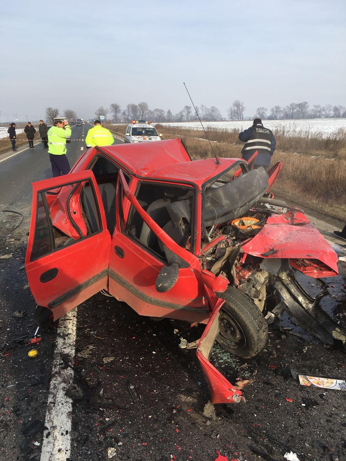 Accident grav la ieşirea din Orăştie: Trei oameni au murit în urma impactului dintre două maşini | FOTO