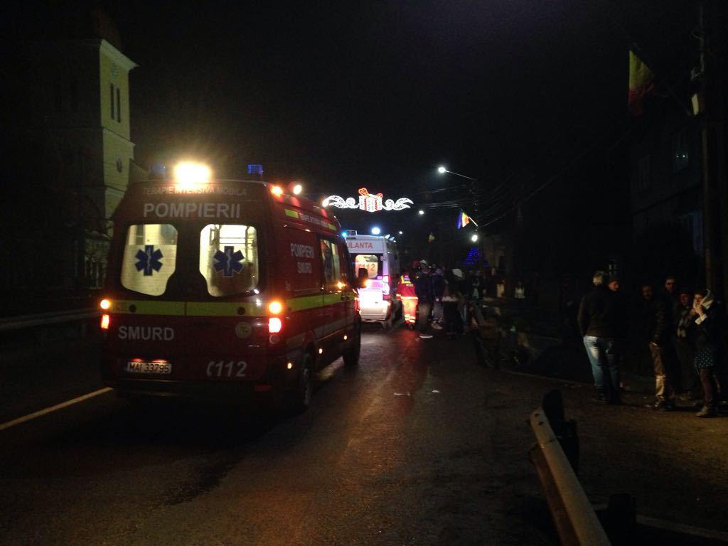Un microbuz în care se aflau 11 persoane s-a răsturnat pe Valea Oltului