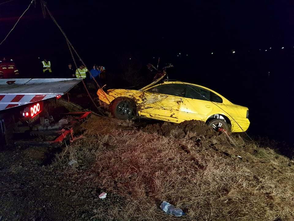 Trupul unui bărbat care a plonjat cu maşina într-un lac din Arad, căutat de salvatori