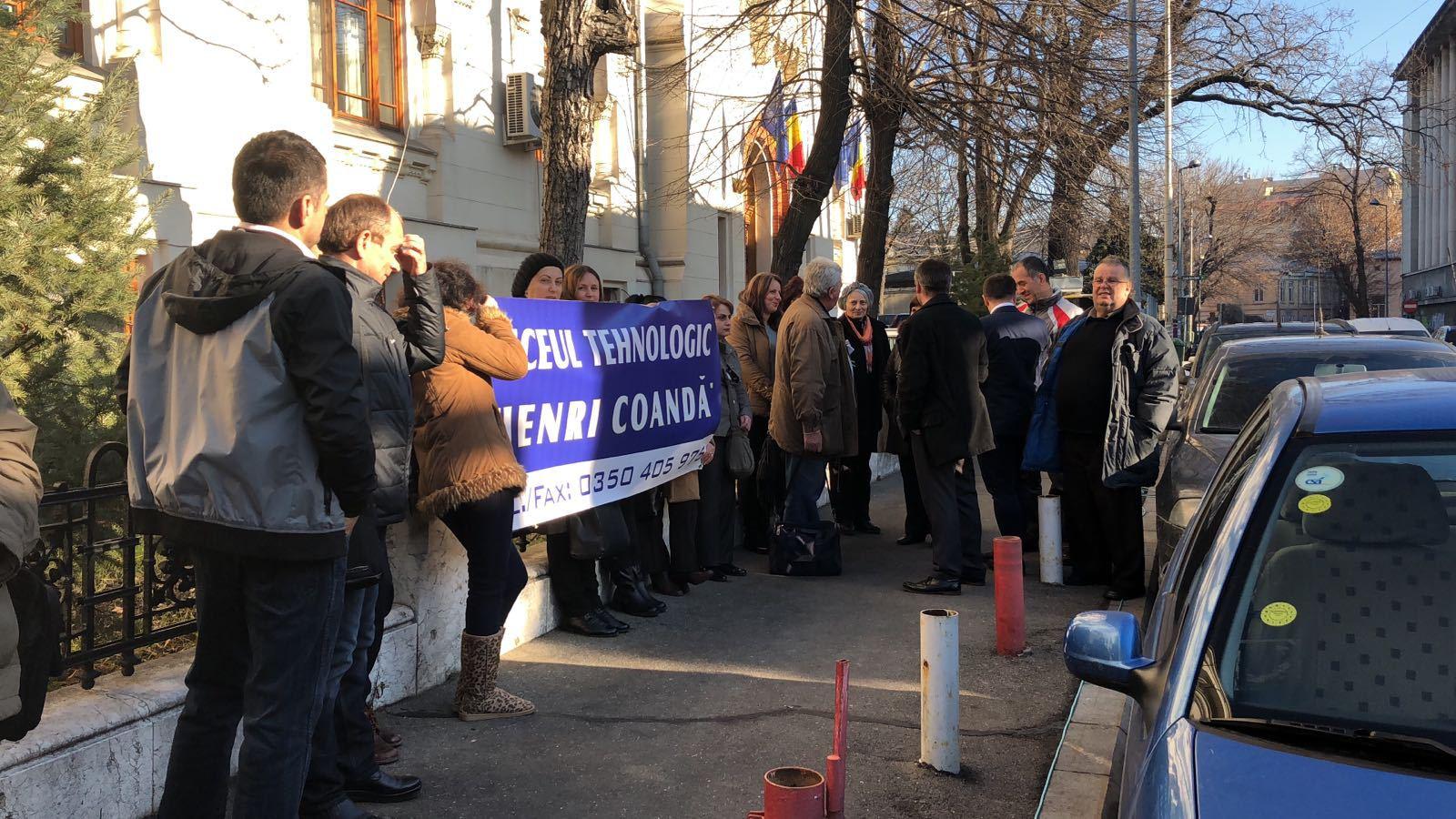 Părinţi din Vâlcea cer, în faţa Ministerului Educaţiei, oprirea desfiinţării Liceului Tehnologic `Henri Coandă`  | FOTO
