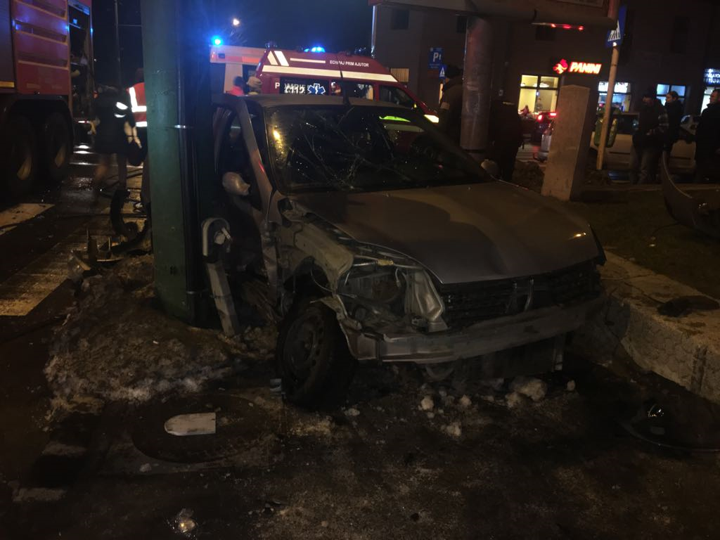 Accident cu şase victime în Braşov. O maşină a fost proiectată într-un grup de pietoni