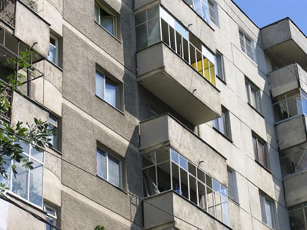 Un bărbat a scăpat cu viaţă după ce a căzut de la etaj şi a fost prins în sârmele pentru rufe