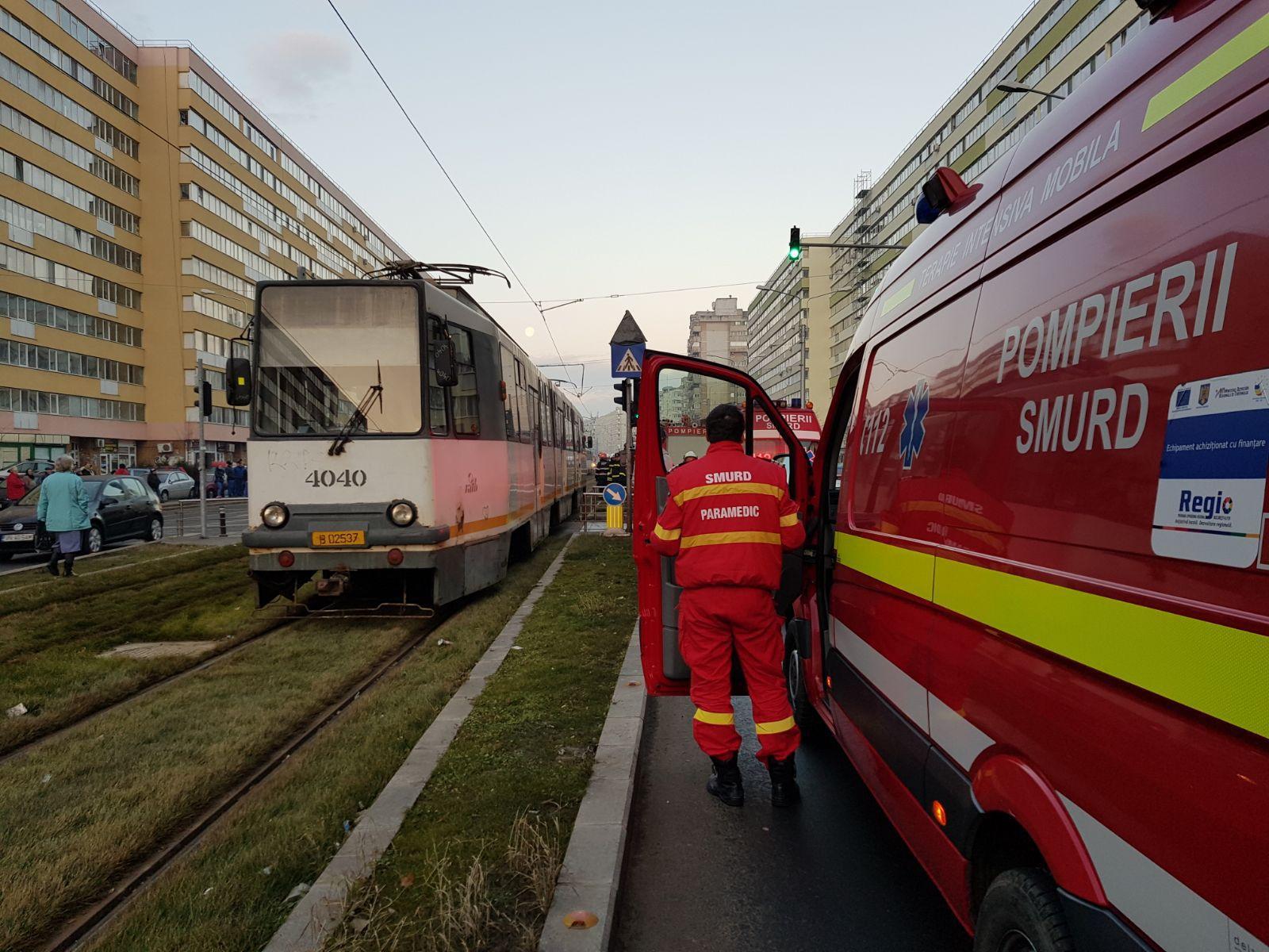 Accident rutier în zona Zetari din Capitală | Două persoane au fost rănite, iar circulaţia tramvaielor este blocată