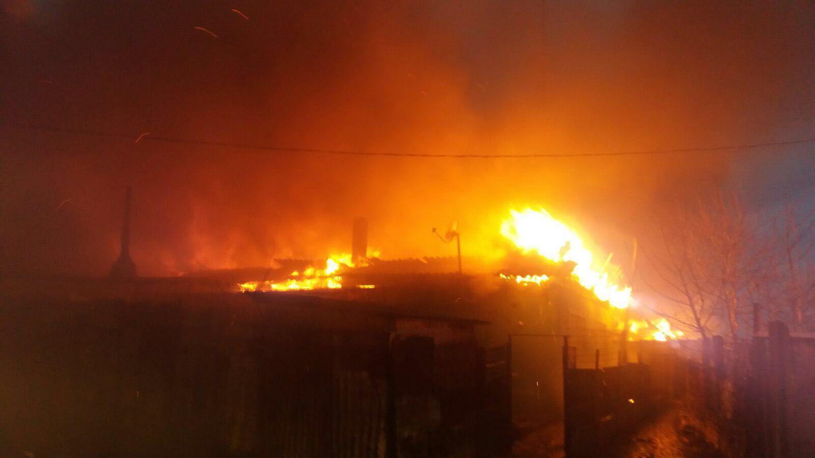 Incendiu la mai multe barăci în Medgidia. Opt autospeciale intervin pentru stingerea focului