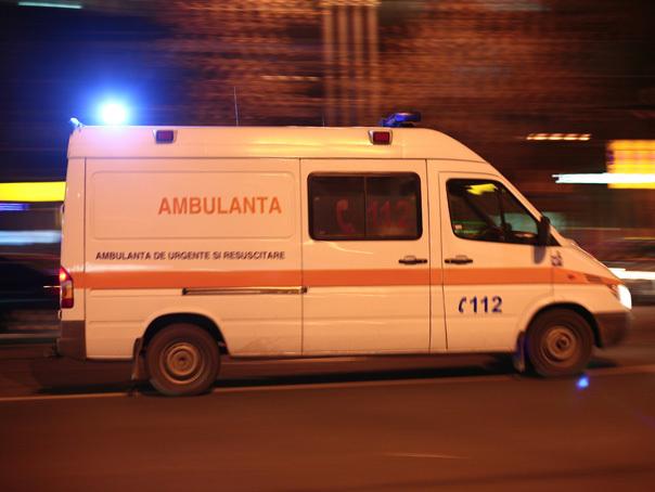 Trei persoane, între care doi copii, rănite grav după ce o ambulanţă şi un autoturism s-au ciocnit
