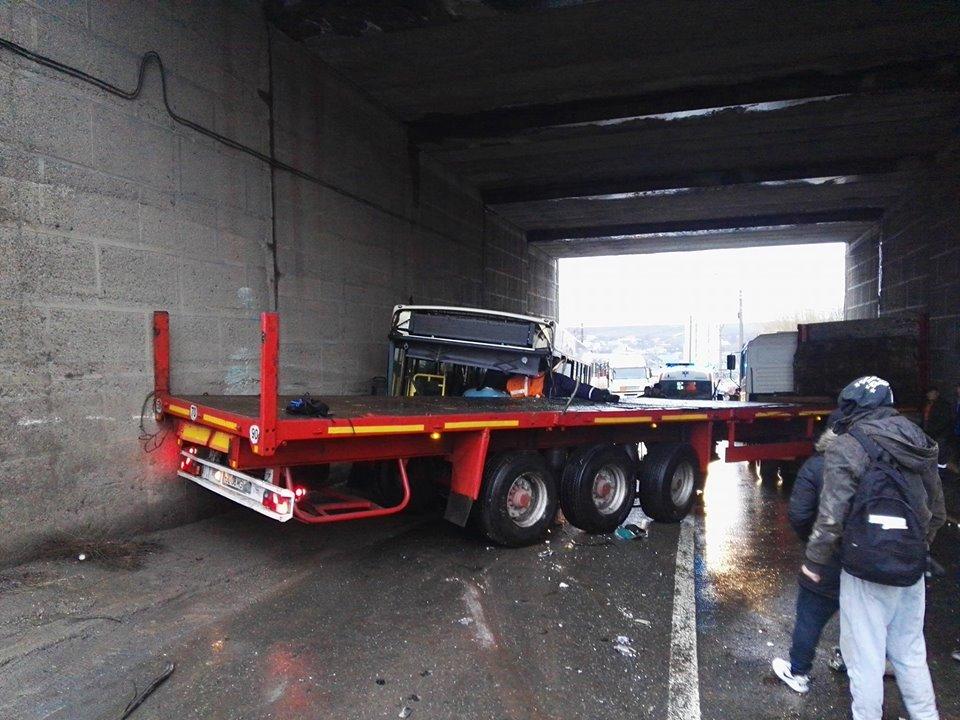 Accident grav la Galaţi: Şase persoane rănite, în urma impactului dintre un autobuz cu pasageri şi un TIR | FOTO
