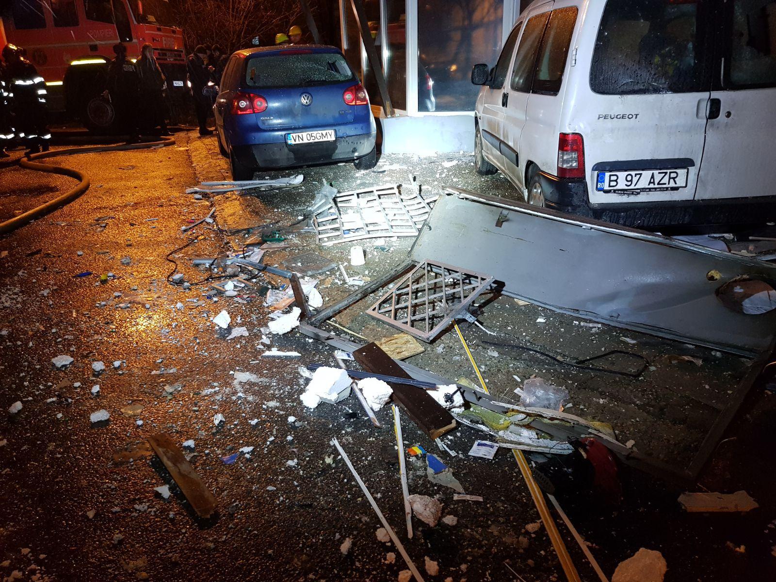 Explozie puternică urmată de incendiu pe bulevardul Şincai din Capitală/ 16 maşini, avariate. Traficul a fost reluat  -FOTO, VIDEO