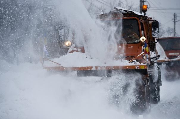 Circulaţie în condiţii de iarnă în Iaşi. De 24 de ore se lucreză la deszăpezire
