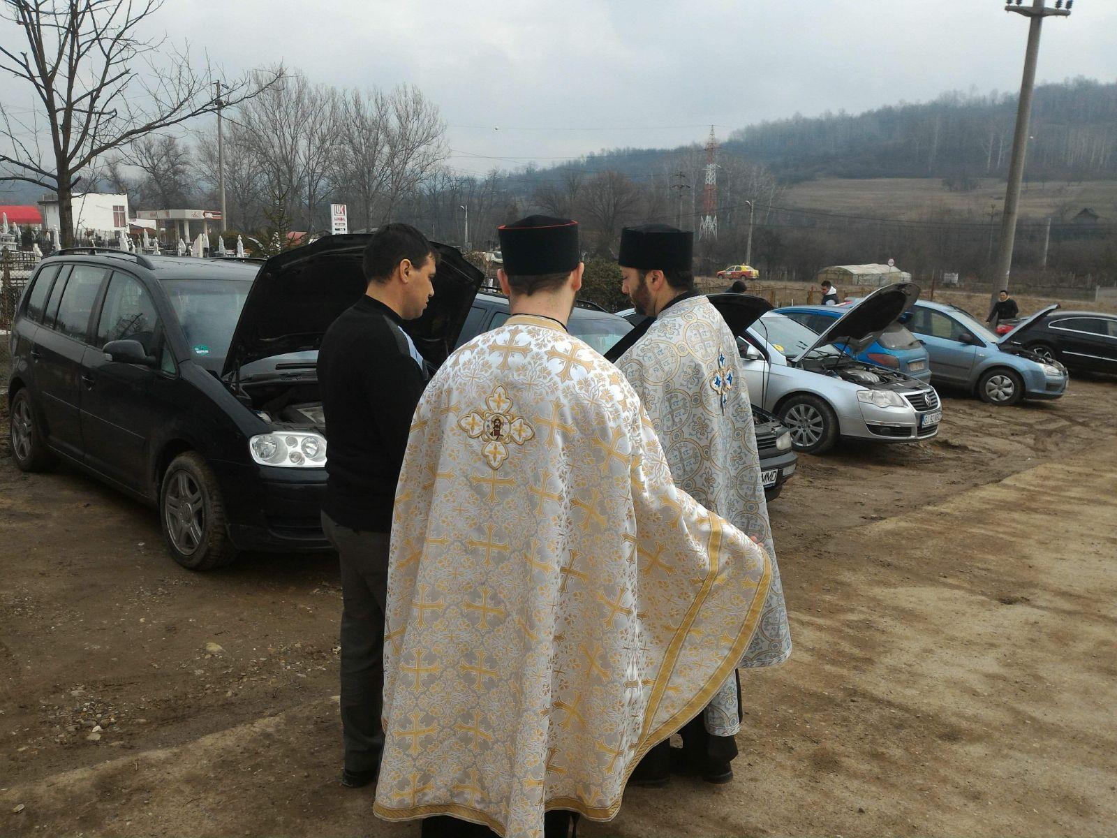 Preot din Motru, la sfinţit maşinile din Gorj: Se face rânduiala, nu se face niciun abracadabra sau altceva / Slujba de binecuvântare, anunţată pe Facebook