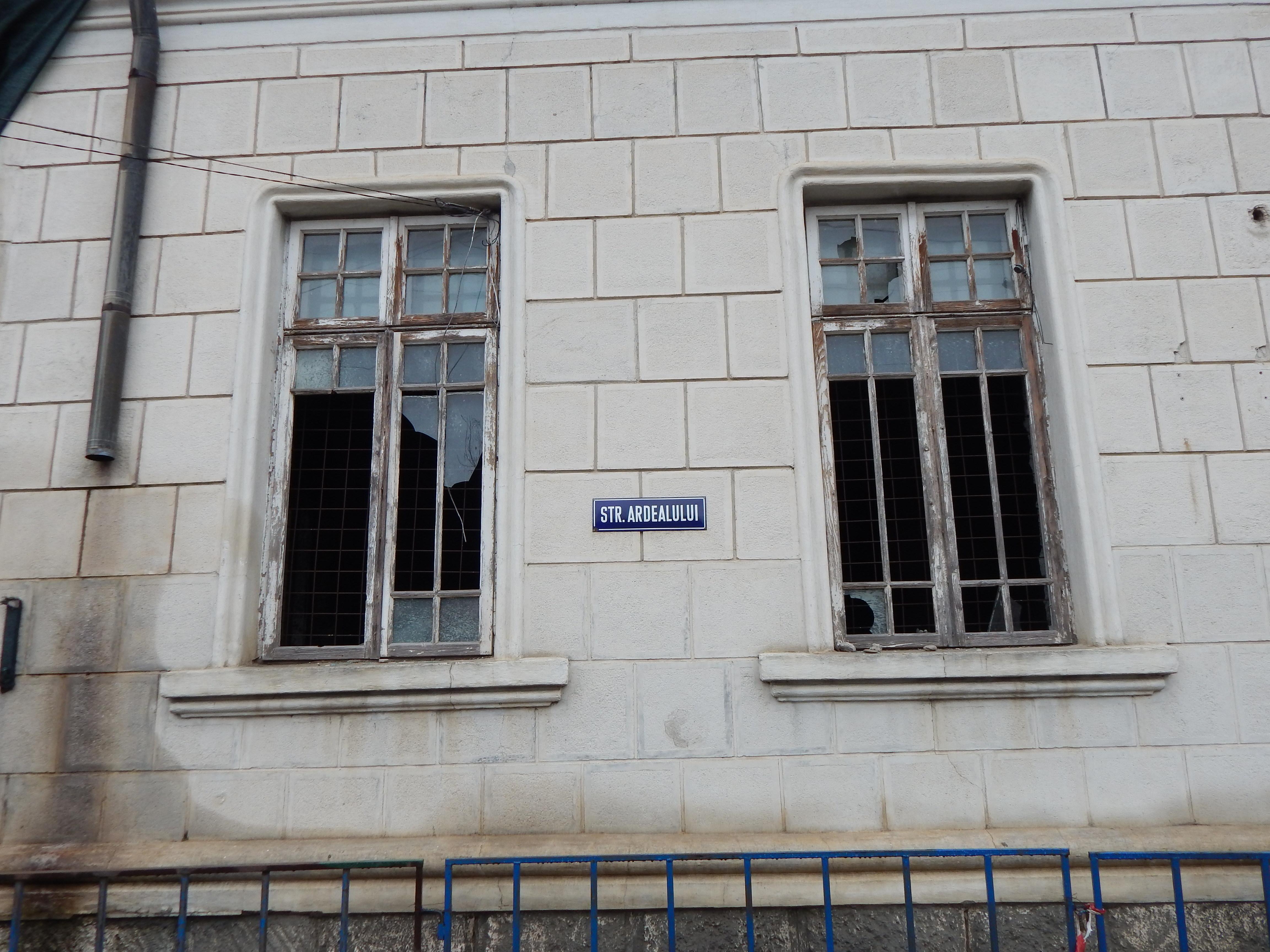 Fost sediu de primărie unde petrecea des cel mai mare dramaturg al României, I.L.Caragiale, ajuns o ruină. Clădirea riscă să se prăbuşeacă în orice moment - GALERIE FOTO