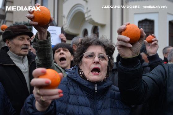 Imaginea articolului Protest cu portocale, în faţa Palatului Cotroceni. Participanţii, printre care parlamentarul Liviu Pleşoianu şi fostul ofiţer SRI Daniel Dragomir, s-au îmbrâncit cu câţiva reprezentanţi ai mişcării #Rezist - GALERIE FOTO
