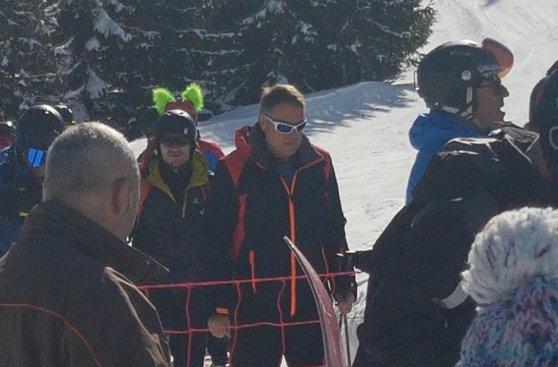 Imaginea articolului Preşedintele Iohannis, în weekend la schi. Şeful statului, surprins de un turist într-o fotografie, în timp ce urca pe pârtia din Munţii Şureanu - FOTO