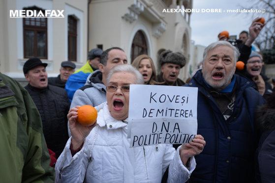 Imaginea articolului Protest cu portocale în faţa DNA, după cel de sâmbătă de la Cotroceni. Zeci de manifestanţi au cerut demisia Laurei Codruţa Kovesi