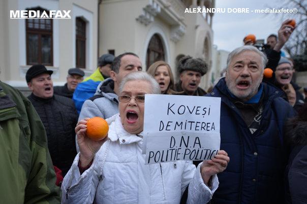 Imaginea articolului Protest cu portocale în faţa DNA, după cel de sâmbătă de la Cotroceni. Zeci de manifestanţi au cerut demisia Laurei Codruţa Kovesi/ Schimb de replici cu reprezentanţii mişcării #Rezist - GALERIE FOTO