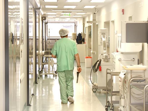 Asistentă de la Spitalul din Ploieşti, acuzată că a rupt piciorul unei paciente