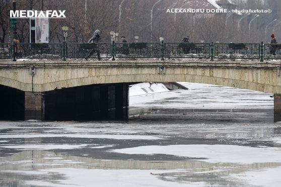 Imaginea articolului O maşină a căzut în Dâmboviţa. Şoferul a reuşit să se salveze în ultimul moment, dar are nevoie de îngrijiri medicale