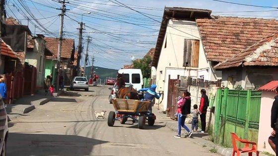 Imaginea articolului Locuinţe sociale, parcuri, dispensar şi sală de spectacole, într-un cartier de romi din Alba Iulia | FOTO